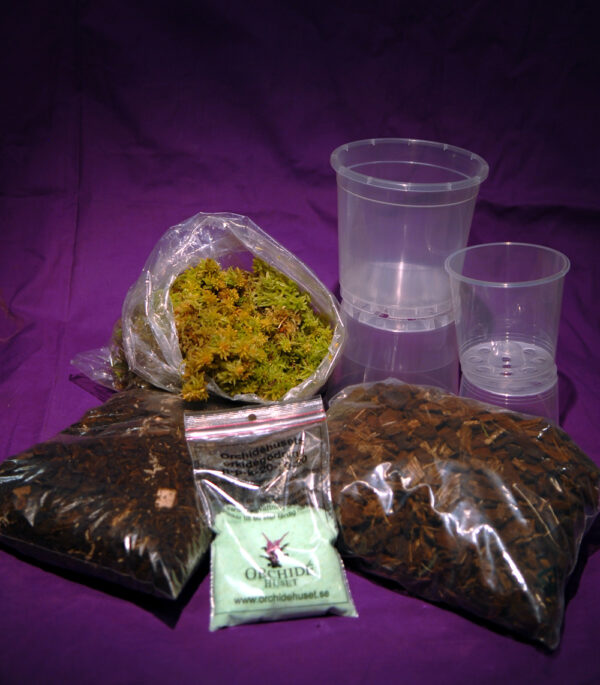 Litet omplanteringspaket med krukor, bark och näring