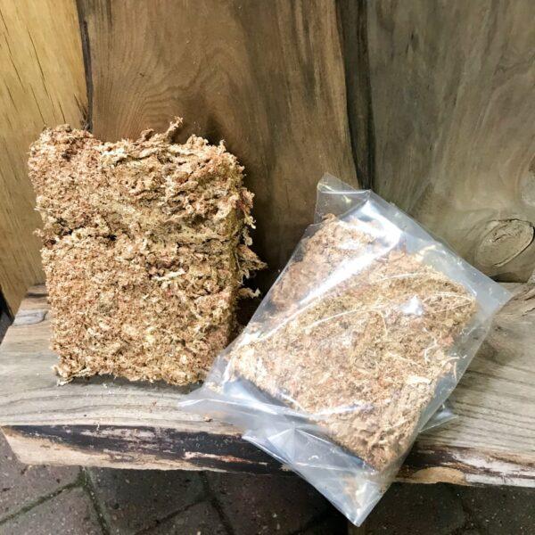En påse och ett block med sphagnum, torkad, cirka 100 gram